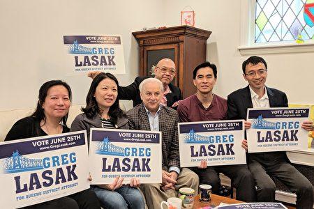 纽约市居民联盟成员和拉萨克合影。左起:张善涵、俞婷、拉萨克、关涛、臧东慧。