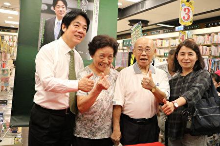 廖記者(右)來採訪,順便陪父母參加簽書會。