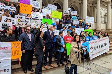 纽约同源会创会会长陈慧华(讲台发言者)表示。SHSAT考试本身并没有问题,需要改善的是公校的教育品质。