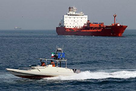 美国财政部5月10日新将两家船运公司列入黑名单。图为2012年7月2日伊朗南部阿巴斯港的一艘油轮。(Atta Kenare/AFP/Getty Images)