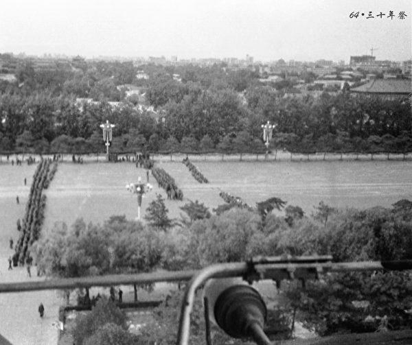 6月5日東長安街南池子路口,軍人荷槍實彈,形成三道防線,前排蹲在水泥道路隔離墩後面,舉槍瞄準路口抗議的市民。(網友「不再沉默」提供)