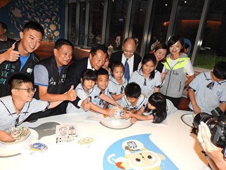 故宫院长吴密察(后排戴领带者)、嘉义县长翁章梁(后排左3)和小朋友,一同体验修复陶瓷后合影。