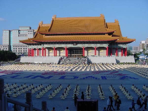 2000年台灣法輪大法修煉心得交流會期間,法輪功學員排出法輪大法四字。(明慧網)