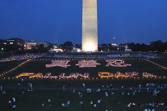 2001年法輪功學員匯聚華府,呼籲緊急救援在中國被迫害的同修。圖為學員排字燭光守夜。(明慧網)