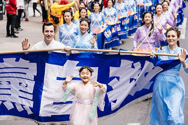 5月16日,來自歐洲、亞洲、南美洲、北美洲、非洲、大洋洲六大洲的部分法輪功修煉者,聚集在紐約曼哈頓,遊行慶祝法輪大法洪傳27週年。(愛德華/大紀元)