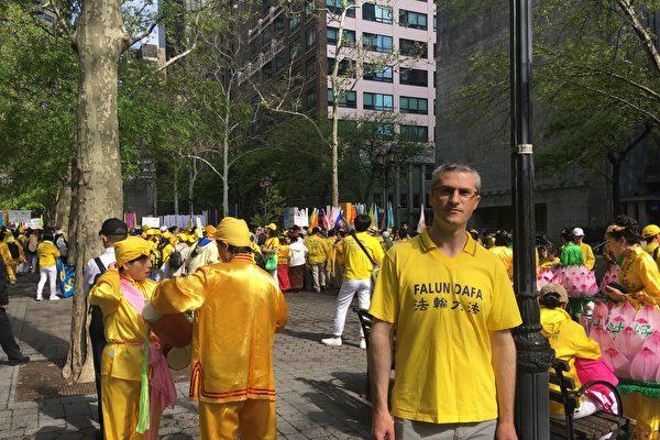 2019年5月16日,意大利法轮功学员安德烈∙艾瓦内伊(Andrei Aioanei)在纽约联合国对面的哈玛绍公园参加逾万名法轮功学员集会活动。(唐云燕/大纪元)