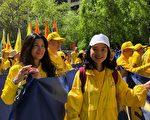 5月16日,Janet Feng(右)首次參加紐約的法輪功遊行,心情非常激動。(紹燕/大紀元)