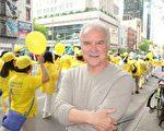 2019年5月16日,前ABC情景喜剧演员艾米利亚诺·迭斯(Emiliano Diez)观看近万名法轮功学员在纽约曼哈顿举行的盛大游行时,不胜感慨而赞叹。(于丽丽/大纪元)
