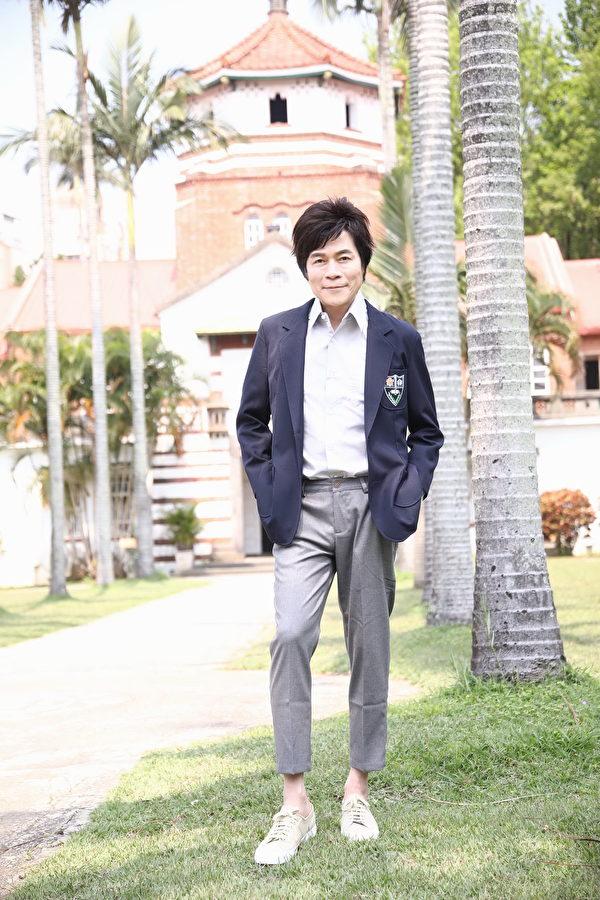 洪荣宏在母校淡江中学拍《台湾我爱你》MV
