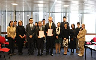 5月6日下午,驻法国台北代表处在法国社会科学高等学院举办16釐米台湾电影捐赠契约签署仪式。图为与会人员合影。(驻法国台北代表处提供)