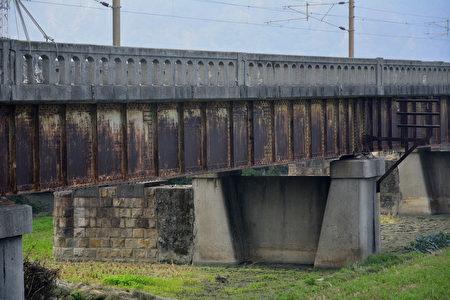 舊大安溪橋屬於「石工橋」型式,「採用 1920年代的鈑桁橋技術,橋墩表面石材均取自大安溪河床,石砌工法細緻,是日治時期石構造典型案例。