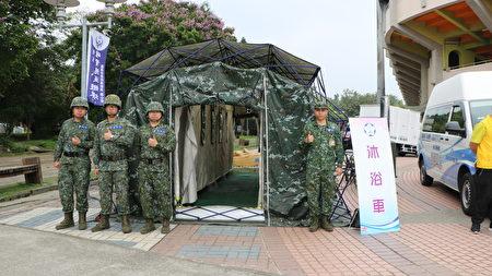在棒球场的居民收容所设置军用沐浴车。