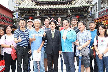 前行政院長賴清德在城隍廟埕與粉絲合照。