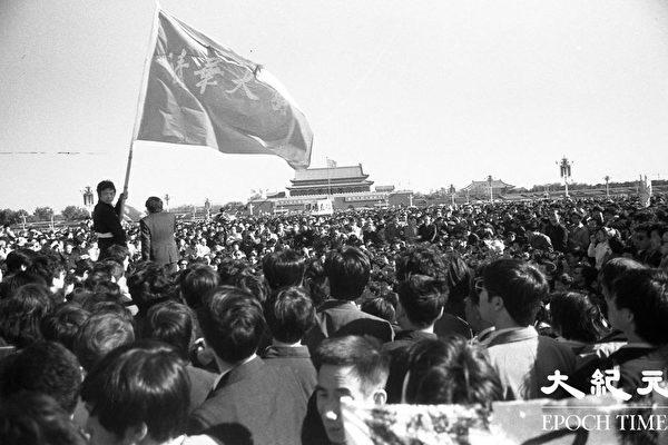 1989年六四期间,北京天安门广场上聚集的请愿学生。(Jian Liu 提供)
