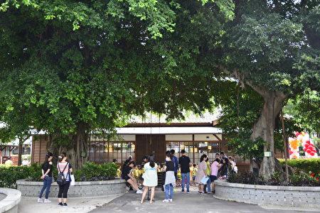 """""""清水国小艺文园区""""是占地650坪的百年历史建筑群,之前是倾圮毁坏的日式宿舍,校方积极争取协助完成修整,于5月22日举行开园典礼。"""