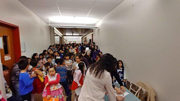 加西侨校正体汉字文化节比赛报名人数创纪录,逾百人获奖。图为学生比赛现场。