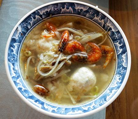 「高字塔旋轉餐廳」供應的特色餐飲:海鮮鹹粥。
