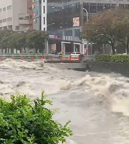 台中市区麻园头溪水暴涨,淹过桥面惊险画面。