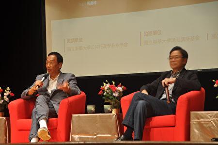 東華大學「鴻海講座」邀請鴻海科技集團總裁郭台銘(左)與前行政院長張善政(右),以「我的人生哲學─許年輕人一個美好的未來」為題,17日在校內學生活動中心進行座談。