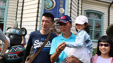 鴻海董事長郭台銘展現親民的一面。