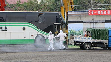 环保局人员进行消毒工作。