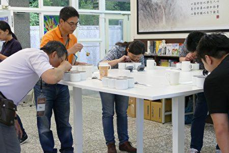 南投咖啡评鉴过程中,评审正在进行官能鉴定。