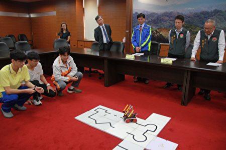 在县长徐耀昌前三学子当场展示机器人如何过关勇夺第一名。