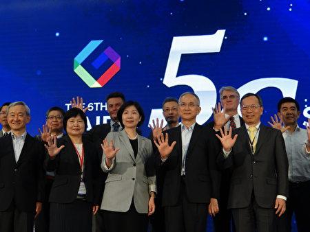 远传电信总经理井琪(左三)、亚太电信董事长吕芳铭(右二)