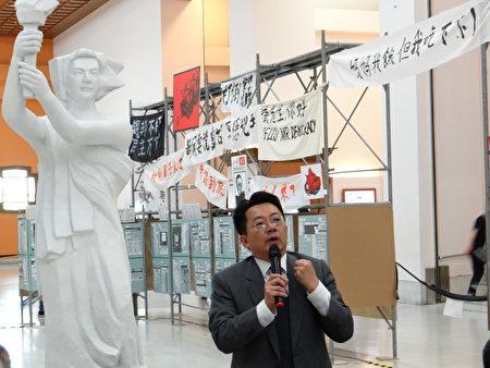 """""""呼吁年轻一带都来看展览,年轻世代并不了解,在台湾的民主其实不是那么想当然尔的结果,应该去了解它所面临的困境,永远记得六四造成的伤害,同时也能够更珍惜民主的成果。"""""""