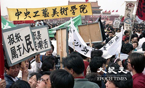 1989年六四前,北京大学生在天安门广场抗议。(Jian Liu提供)