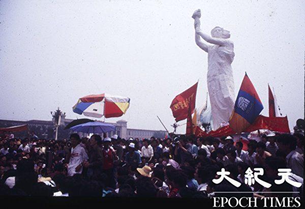 1989年六四前夕,天安门广场上,和平抗议的民众聚集在自由女神像旁,秩序良好。(Jian Liu提供)