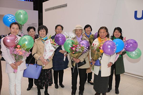 2019年5月13日,热情的粉丝在新泽西纽瓦克国际机场迎接神韵艺术团载誉归来。(张学慧/大纪元)