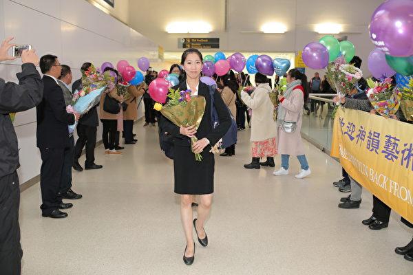 2019年5月13日,神韵国际艺术团圆满结束2019在欧美两大洲的演出后,返抵纽约,在机场受到粉丝的热烈欢迎。(张学慧/大纪元)