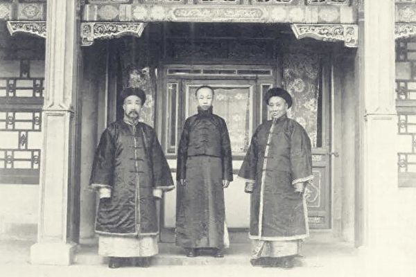 陳寶琛(右)與溥儀(中)、朱益籓合影。(公有領域)