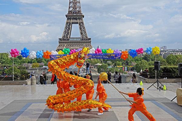 """法国法轮功学员庆祝第二十届""""5·13世界法轮大法日""""暨法轮功创始人李洪志师父华诞。图为法国学员的舞龙表演。(叶萧斌/大纪元)"""