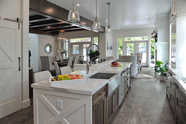 今年的PNE頭獎豪宅(PNE Prize Home)是一個豪華的農舍風格現代建築,圖為廚房。(童宇/大紀元)
