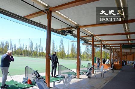 Musqueam高爾夫球場和練習場,位於溫哥華西南方,背靠菲沙河,是加拿大最好的高爾夫訓練設施之一。圖為室內練習場地。