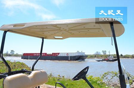 Musqueam高尔夫球场和练习场,位于温哥华西南方,背靠菲沙河,是加拿大最好的高尔夫训练设施之一。图为菲沙河上的轮船。