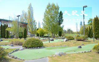 Musqueam高爾夫球場和練習場,位於溫哥華西南方,背靠菲沙河,是加拿大最好的高爾夫訓練設施之一。圖為高爾夫球場內一角。