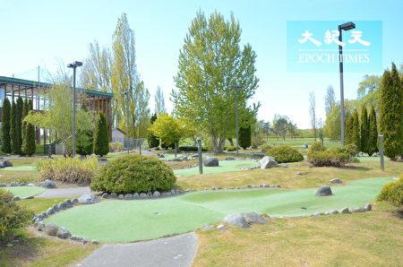 Musqueam高尔夫球场和练习场,位于温哥华西南方,背靠菲沙河,是加拿大最好的高尔夫训练设施之一。图为高尔夫球场内一角。