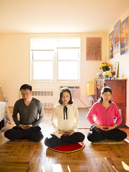 (左起)李振军、李扶摇和王会娟在他们位于纽约皇后区的公寓中打坐。(Samira Bouaou/Epoch Times)