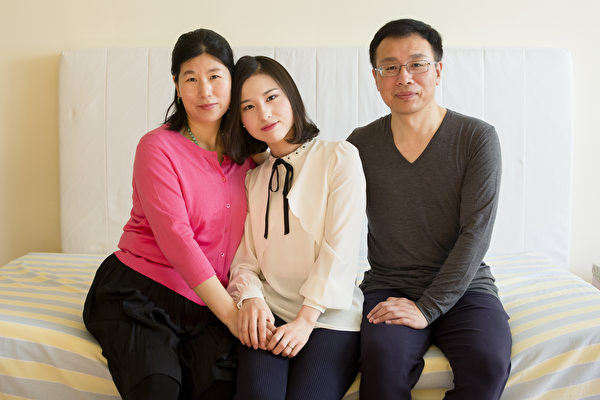 (左起)王會娟、李扶搖和李振軍在紐約皇后區的寓所合影。因修煉法輪功遭受多年殘酷迫害,一家人於2014年逃離中國,在美國獲得政治庇護。(Samira Bouaou/Epoch Times)