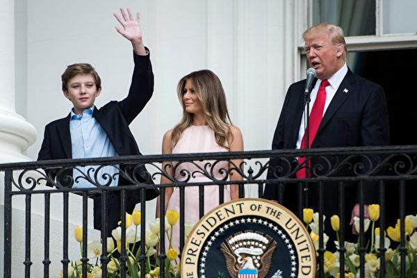 2017年4月17日白宫复活节庆祝活动期间,巴伦从阳台上挥手致意。(BRENDAN SMIALOWSKI/Getty Images)