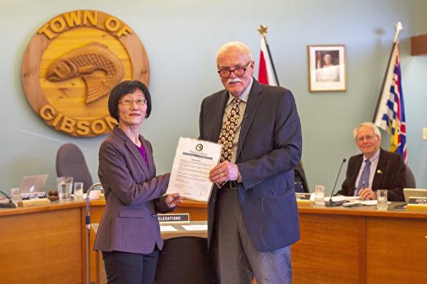 """基布森斯(Gibsons)镇长William Beamish(右)宣布2019年5月13日为""""基布森斯镇法轮大法日""""。(大纪元资料图片)"""