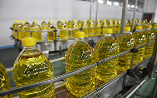 图为河北省三河市一家豆油加工厂。(GREG BAKER/AFP/Getty Images)