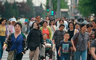 """中共官媒鼓吹反击,民众担心自己成为中共打贸易战的""""代价""""。(FRED DUFOUR/AFP/Getty Images)"""