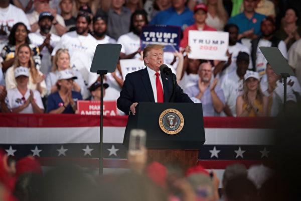 """周三(5月8日)晚间,川普在佛罗里达州的集会上指出,对北京施加新关税是因为中共""""打破协议""""。(Scott Olson/Getty Images)"""