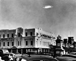 1953年12月29日,非洲南部罗得西亚布拉瓦约天空中出现一个身份不明的飞行物体。(Barney Wayne/Getty Images)