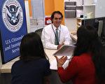 美国川普(特朗普)政府正在草拟一项规定,扩大公共福利的定义,以更容易将合法居民驱逐出境,阻止低收入移民进入美国。(John Moore/Getty Images)