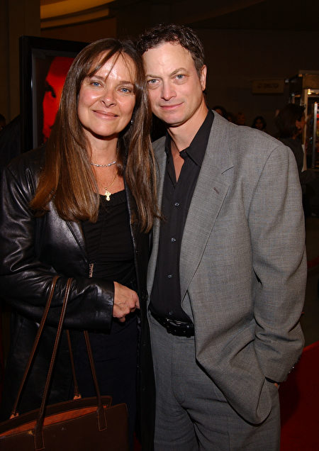 "Actor Gary Sinise arrives with his wife Moira Harris at the premiere of John Malkovich's directorial debut ""The Dancer Upstairs"" January 24, 2002 in Los Angeles, CA. (Sebastian Artz/Getty Images)"